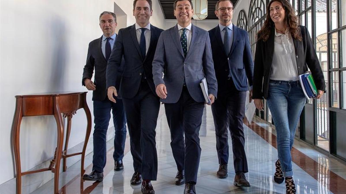 El presidente andaluz, Juanma Moreno, con Elías Bendodo, Javier Maroto, Teodoro García Egea y Loles López, en el Parlamento andaluz.