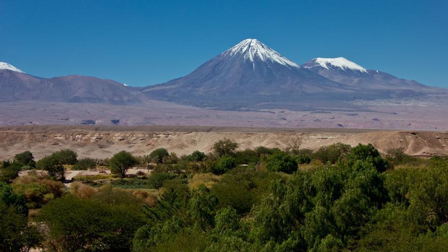 Vista del volcán Licancabur desde San Pedro de Atacama.