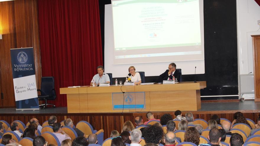 La consellera María José Salvador en el centro de la mesa, en la presentación del Pateval