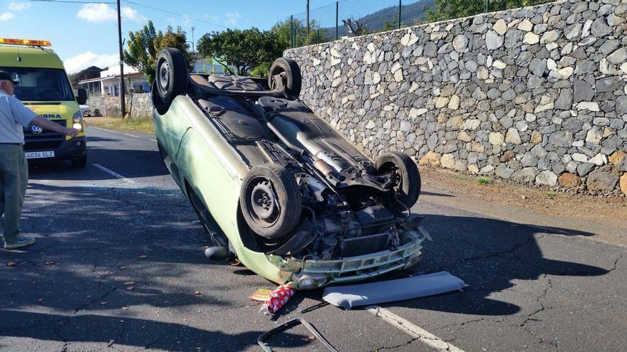 El vehículo quedó volcado en medio de la carretera. Foto: BOMBEROS LA PALMA.