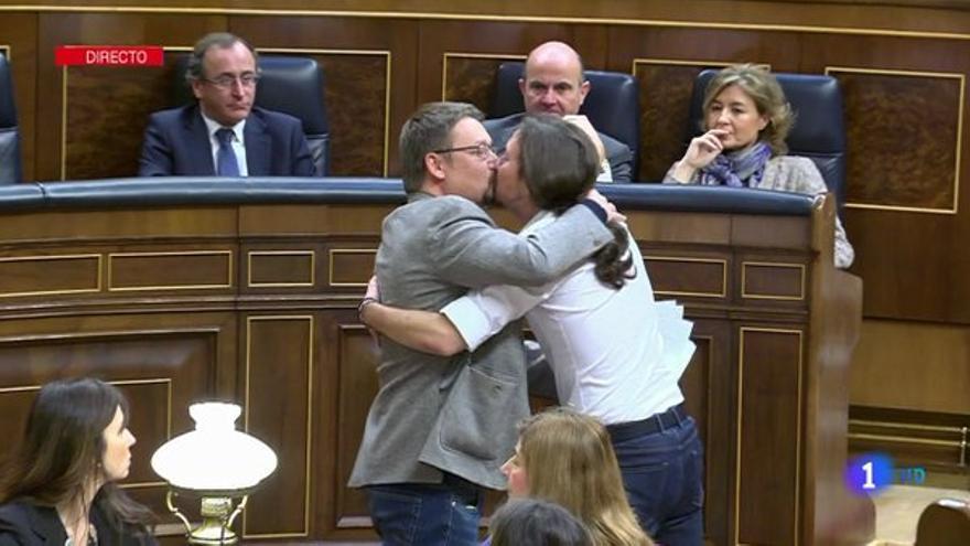 El beso en la boca entre Pablo Iglesias y Xavier Domènech