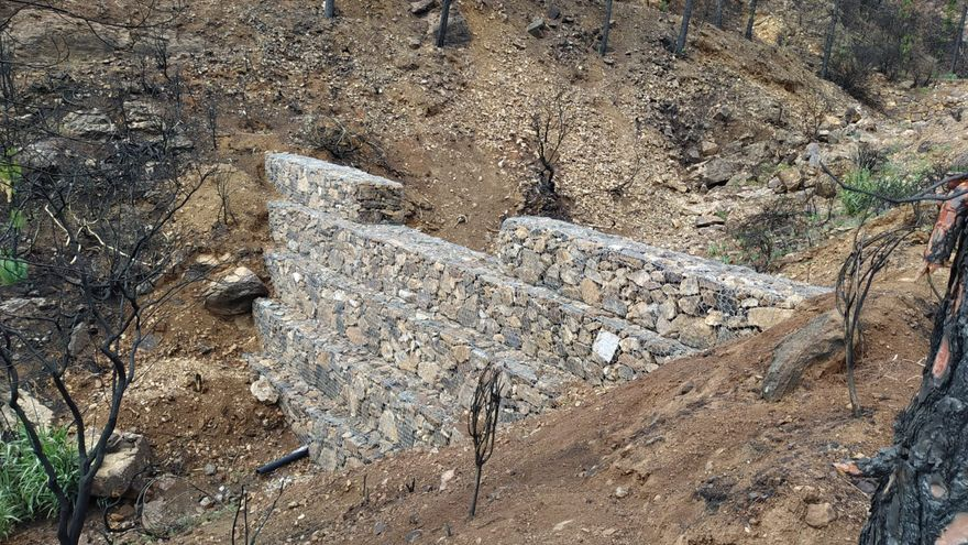 Muros de piedra y alambre para salvar a las presas de Gran Canaria de la ceniza de los incendios