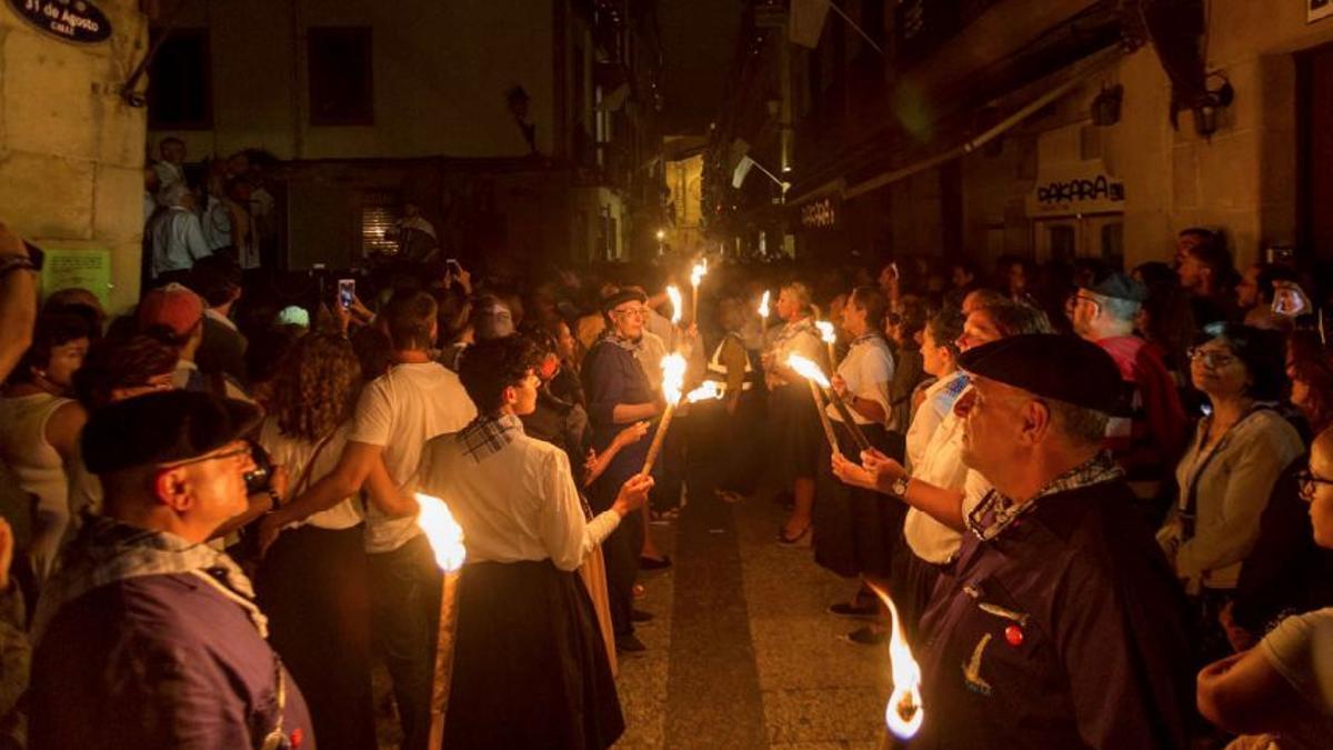 Apagón de luces y encendido de velas en la calle 31 de Agosto para conmemorar el sitio de 1813