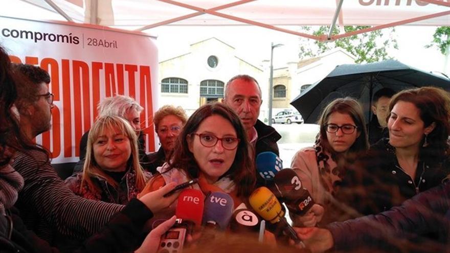 Mónica Oltra atiende a los medios de comunicación en campaña