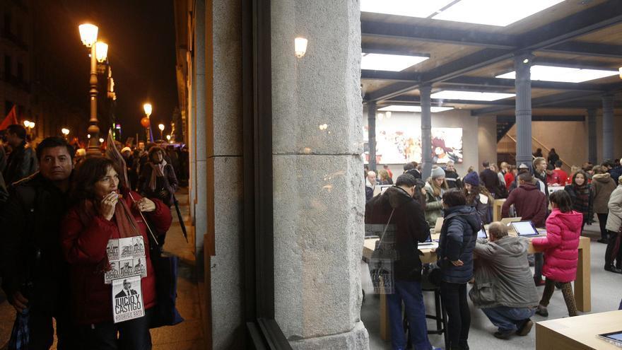 A su llegada a la Puerta del Sol, las 'Marchas de la Dignidad' coincidieron en espacio y tiempo con la multitud de personas que ya hacían las primeras compras navideñas. \ Olmo Calvo