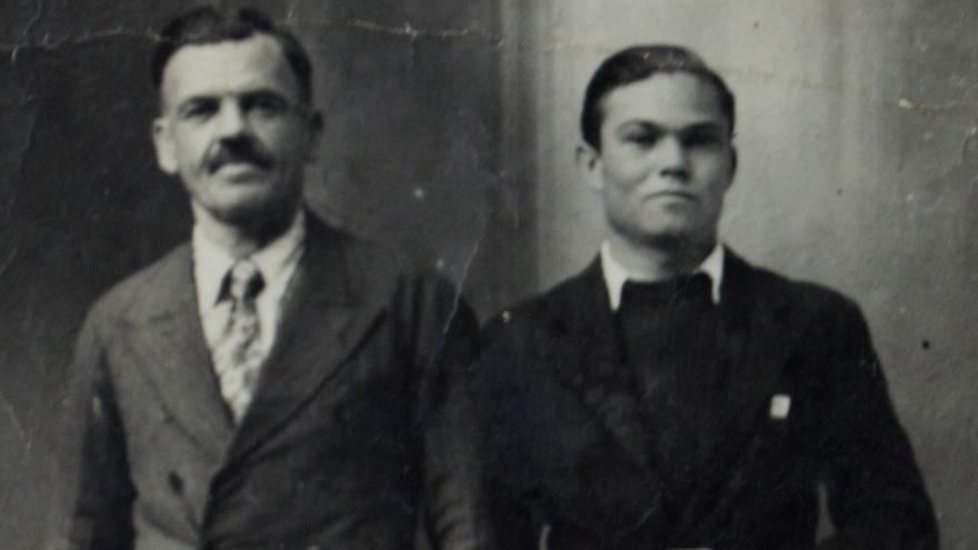 Padre e hijo fotografiados en Francia, poco antes de ser capturados por las tropas nazis