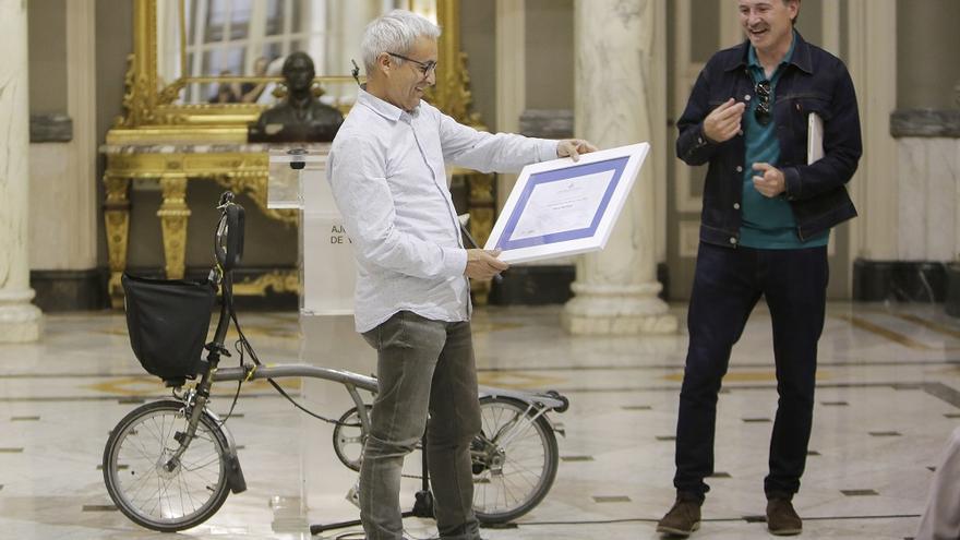El concejal valenciano de Movilidad Sostenible Giuseppe Grezzi entrega el reconocimiento a Paco Tortosa