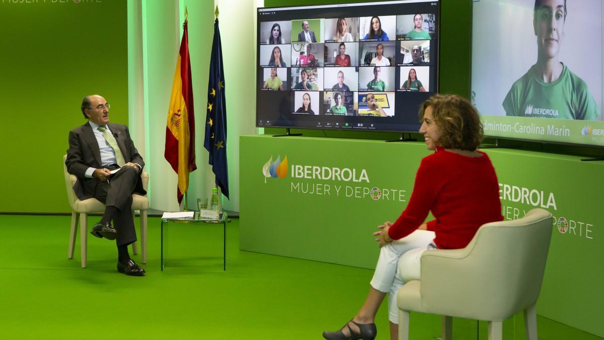 Ignacio Galán e Irene Lozano charlan con la campeona de bádminton Carolina Marín