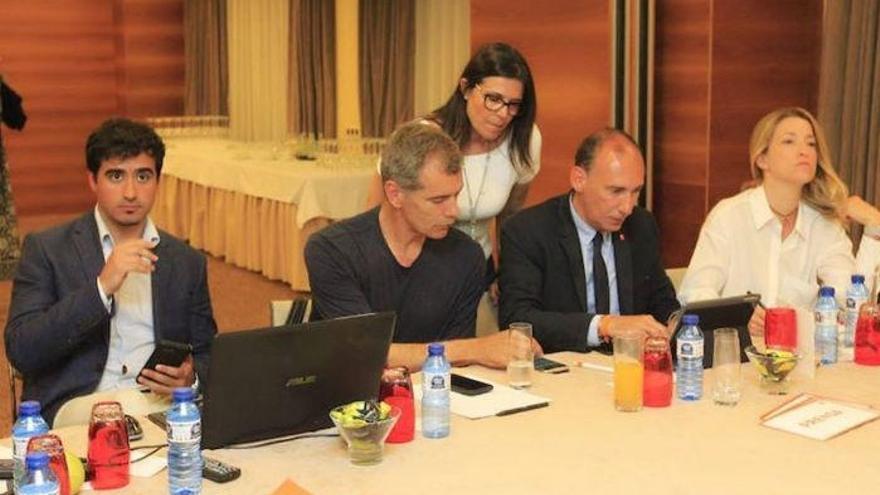 El asesor Luis Pérez junto a Toni Cantó en un encuentro de final de campaña