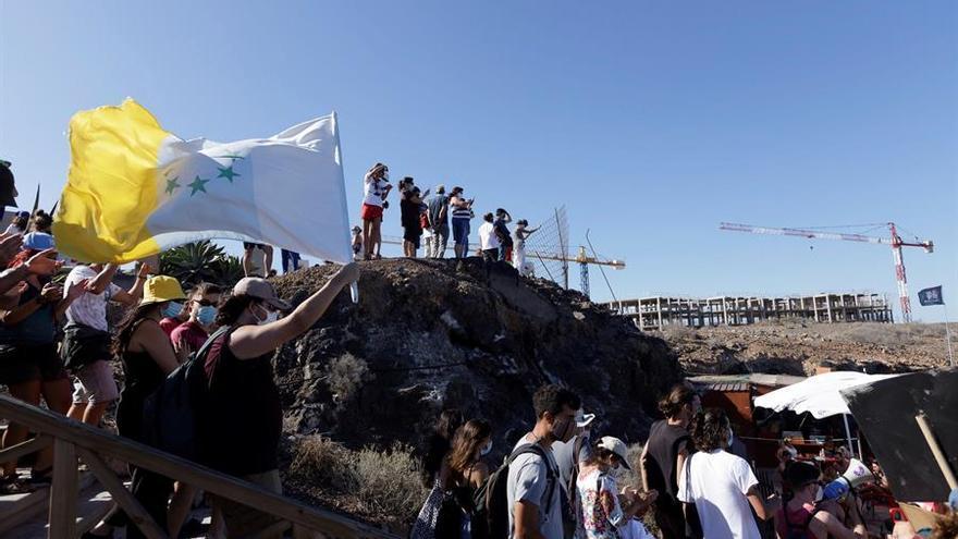 Los manifestantes secundaron la convocatoria de Salvar La Tejita y en apoyo a los activistas encaramados en las grúas