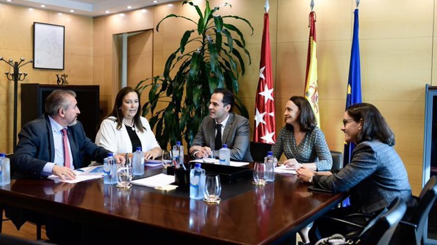 El vicepresidente de la Comunidad de Madrid, Ignacio Aguado, en una reunión con miembros de la Asociación de Víctimas del terrorismo (AVT) el 25 de septiembre.