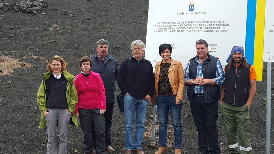La directora de Protección de la Naturaleza del Gobierno de Canarias, Susa Armas (c), con otros cargos y técnicos. Foto: Facebook de Andrés Carmona.