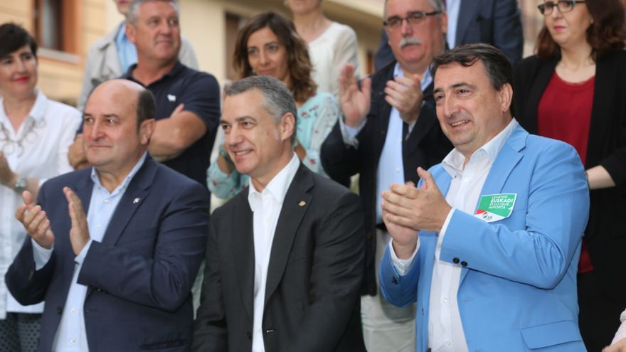 Andoni Ortuzar y Aitor Esteban flanquean al lehendakari Urkullu, en el mitin de Vitoria. /Foto PNV,