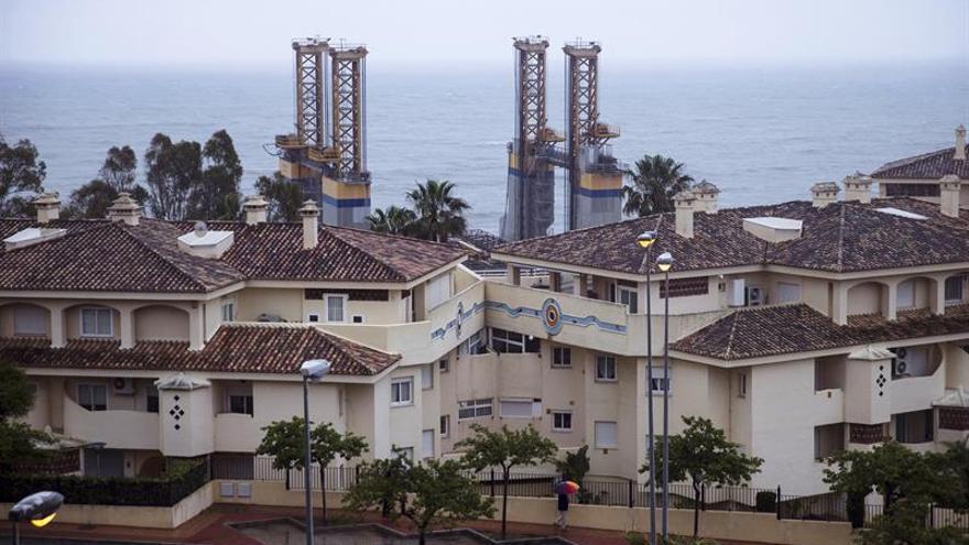 Encalla una gabarra en costa Málaga tras perderla un remolcador por el temporal