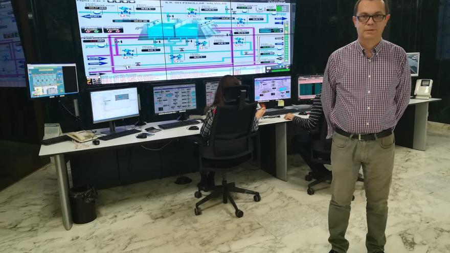 Amador Roja en la sala de control de aguas de Alicante