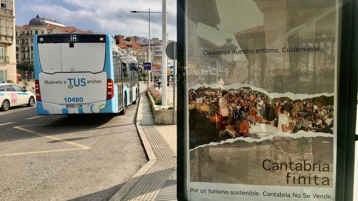 Cartel de la campaña 'Cantabria Finita' en una marquesina de Santander