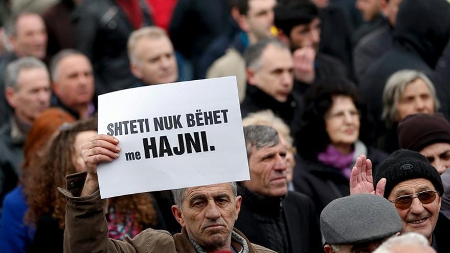 """""""Un Estado no se construye robando"""", dice el cartel en una manifestación en Prístina el 22 de marzo contra la corrupción y la subida del precio de la luz. Foto: Valdrin Xhemaj, EPA"""
