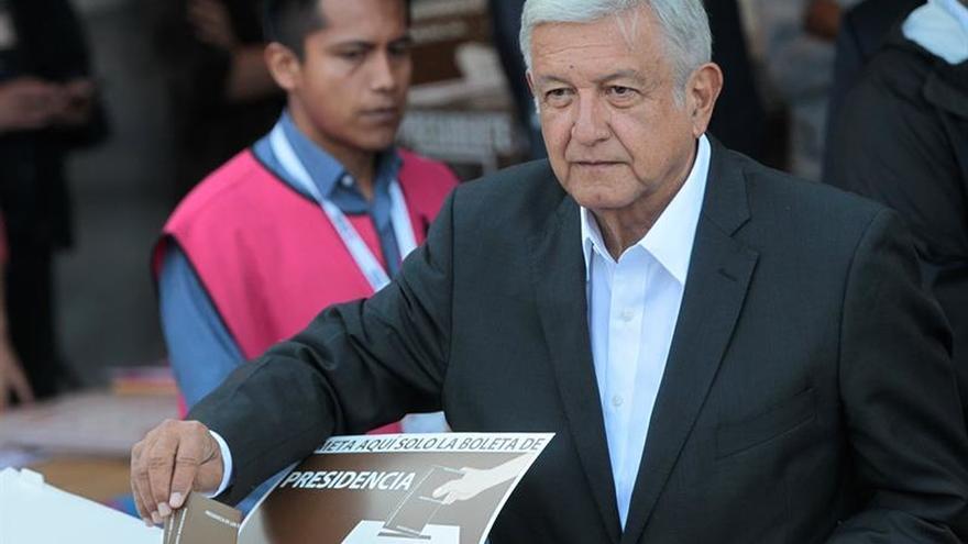 """López Obrador vota y dice que mexicanos deciden entre """"lo mismo y el cambio"""""""