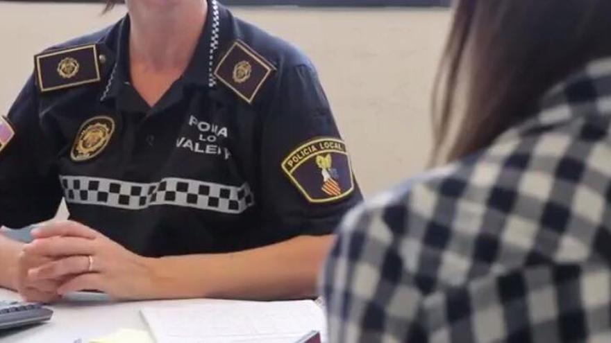 Una agente del grupo GAMA atiende a una posible víctima de violencia de género