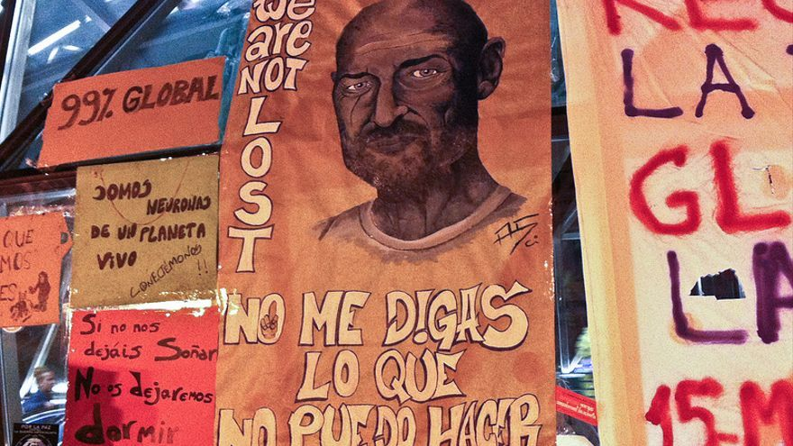 """""""No me digas lo que no puedo hacer"""". Una pancarta en Sol cita al personaje John Locke en la serie 'Perdidos'."""