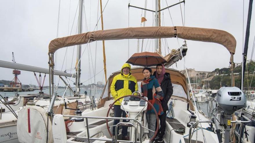 Una familia de tres personas se encuentra confinada desde el pasado 14 de marzo en una embarcación de 12 metros cuadrados habitables en el puerto de Mahón.