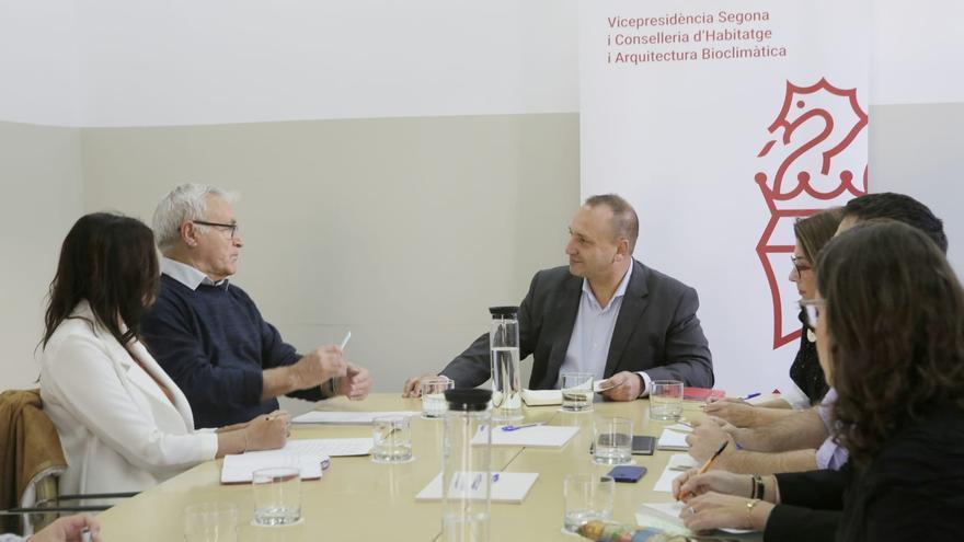 Joan Ribó y Sandra Gómez durante la reunión mantenida con el conseller de Vivienda, Rubén Martínez Dalmau.