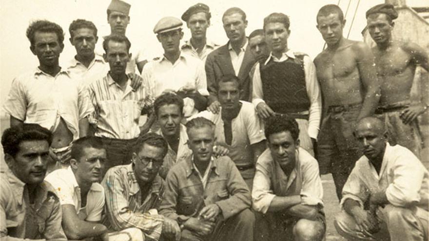 Retrato de un grupo de presos canarios en la prisión flotante de Porto Pi (Santa Cruz de Tenerife). Foto: Colección Irene Duarte Castañeda. Archivo de Fotografía Histórica de Canarias. FEDAC / Cabildo de Gran Canaria.