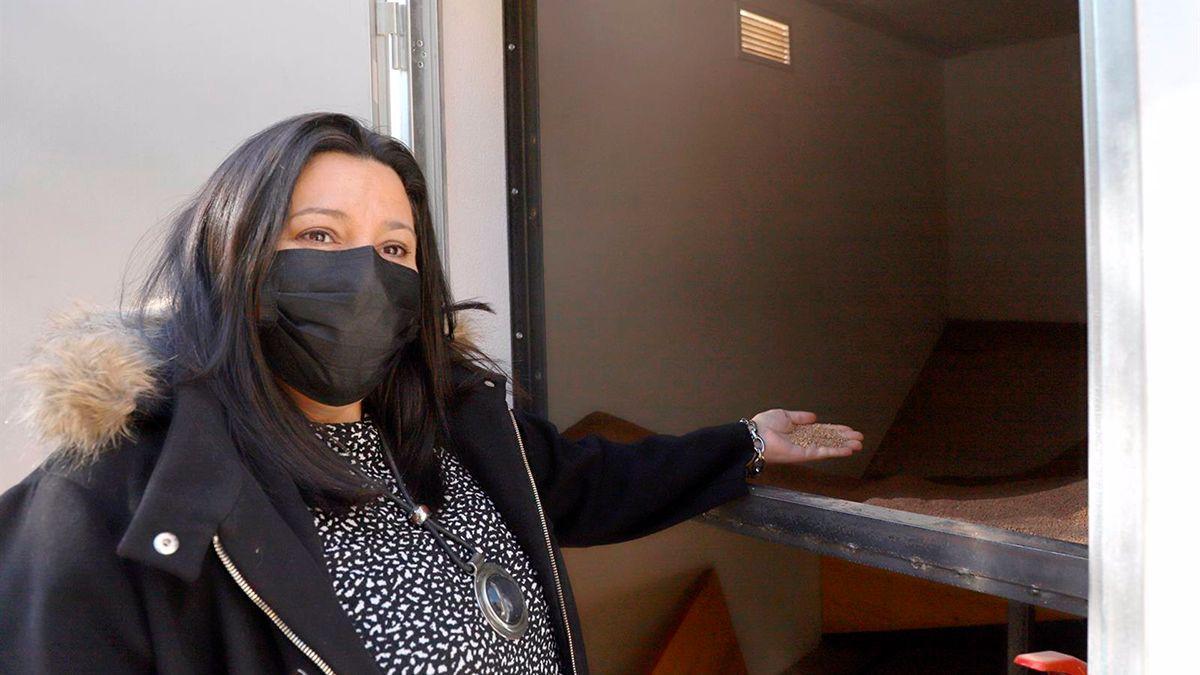 Dolores Amo ante una caldera de biomasa en Almedinilla.