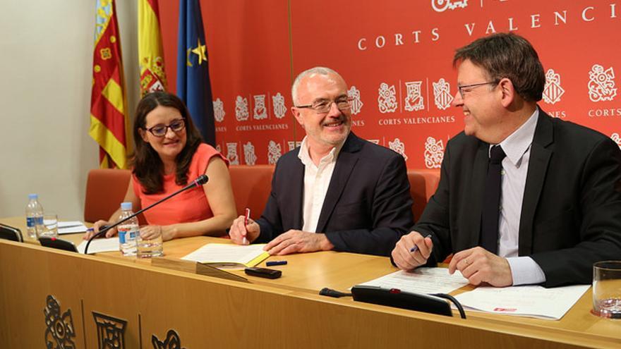 Mónica Oltra, Antonio Montiel y Ximo Puig en la sala de prensa de las Corts