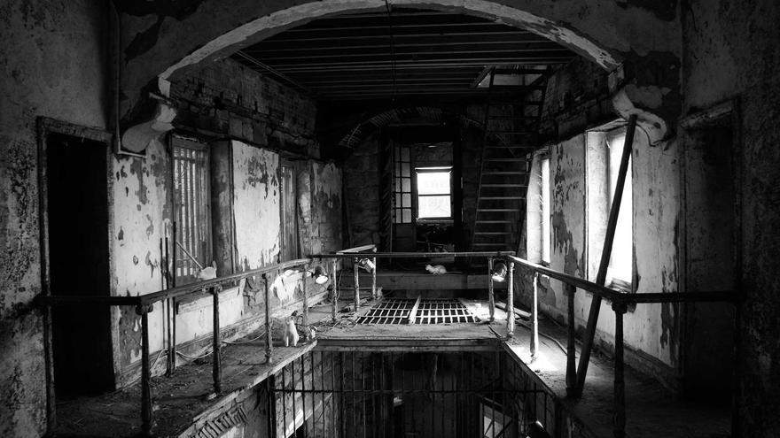 El tiempo se detuvo en esta penitenciaria. Hoy los gatos han sustituido a los presos.