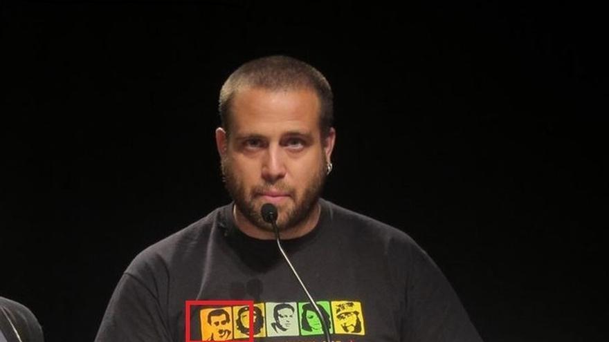 Un dirigente de la CUP viste la noche electoral una camiseta con la foto del etarra Argala