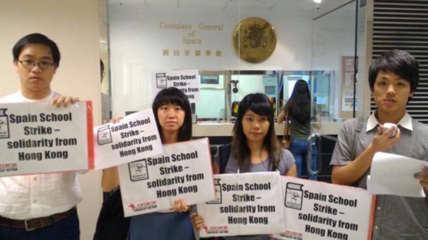 Varios integrantes de Acción Socialista en Hong Kong, dentro del consulado español. / HK Socialist Action
