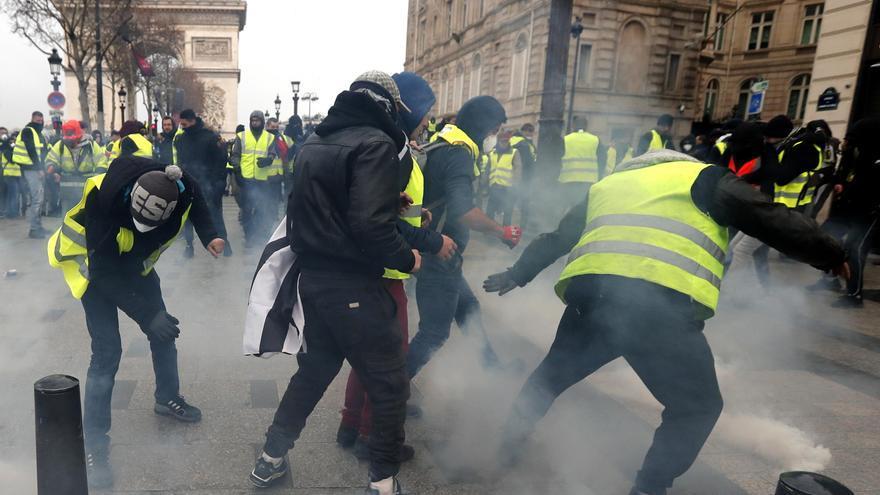 Protesta de los chalecos amarillos en París este sábado. IAN LANGSDON