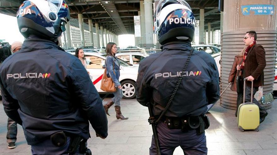 En la imagen, dos efectivos de la Policía Nacional.