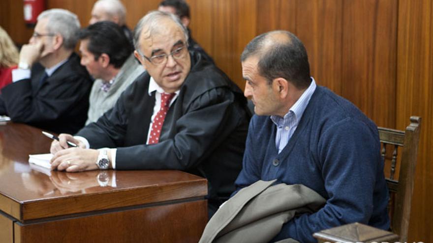 Dos de los acusados del crimen de Huerta de la Reina sentados juntos a sus abogados. MADERO CUBERO