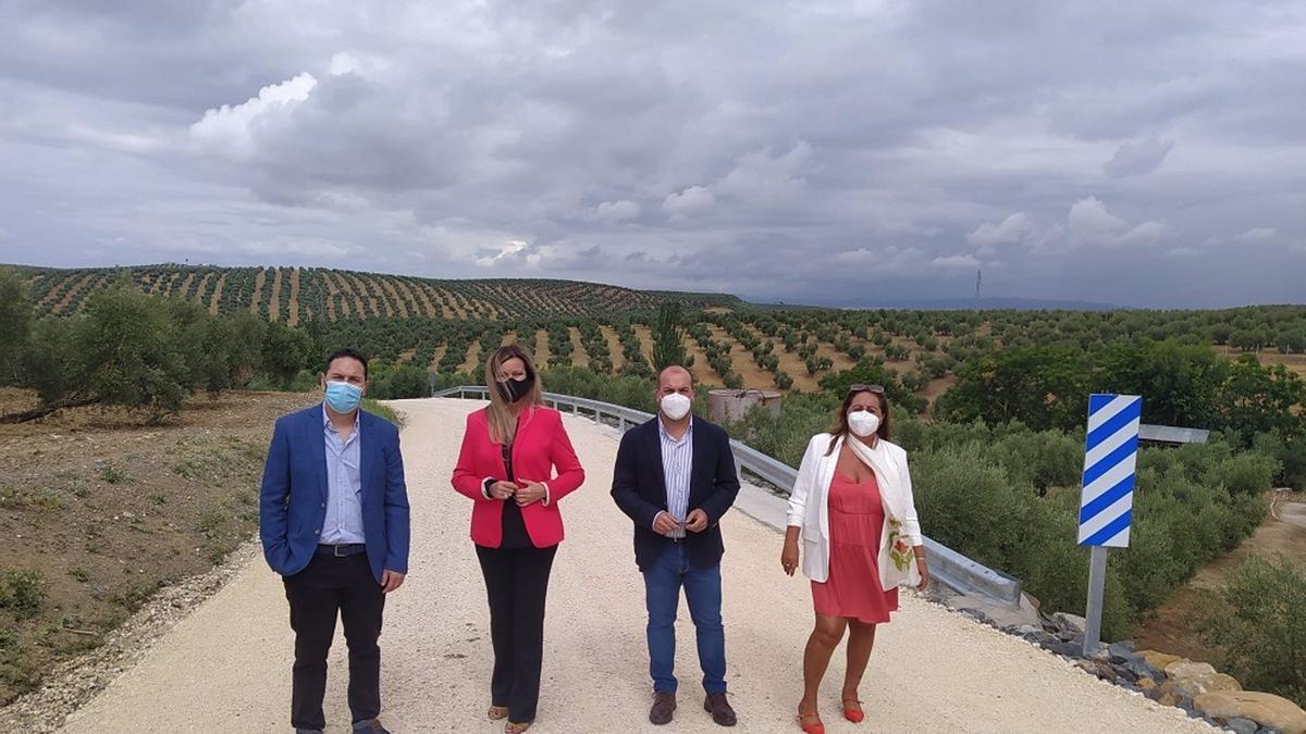 El delegado de Infraestructuras Rurales de la Diputación de Córdoba, Manuel Olmo (izda), visita uno de los caminos de Bujalance.