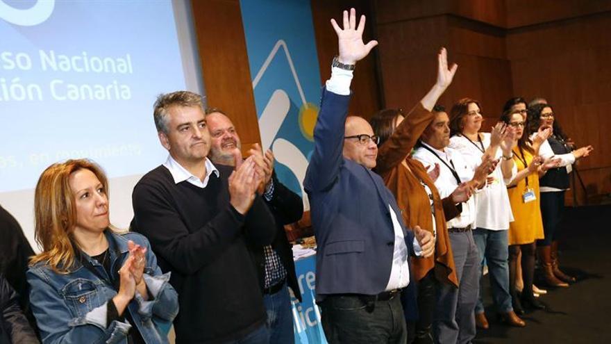 El secretario general de Coalición Canaria, José Miguel Barragán (4i), y la nueva comisión ejecutiva elegidos en la clausura del VI Congreso Nacional de esta formación. EFE/Elvira Urquijo A.