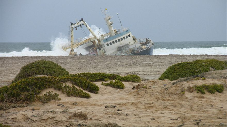 Barco encallado en la Costa de los Esqueletos. Salim fayad