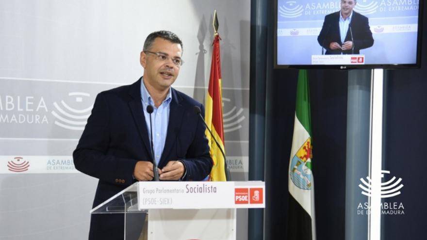 El portavoz socialista de Empleo, Juan Antonio González, en rueda de prensa / @Asamblea_Ex