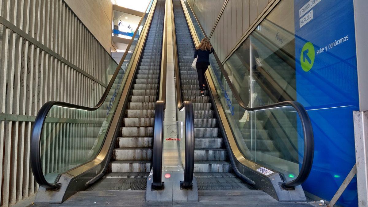 Escaleras de subida al centro deportivo municipal de Barceló