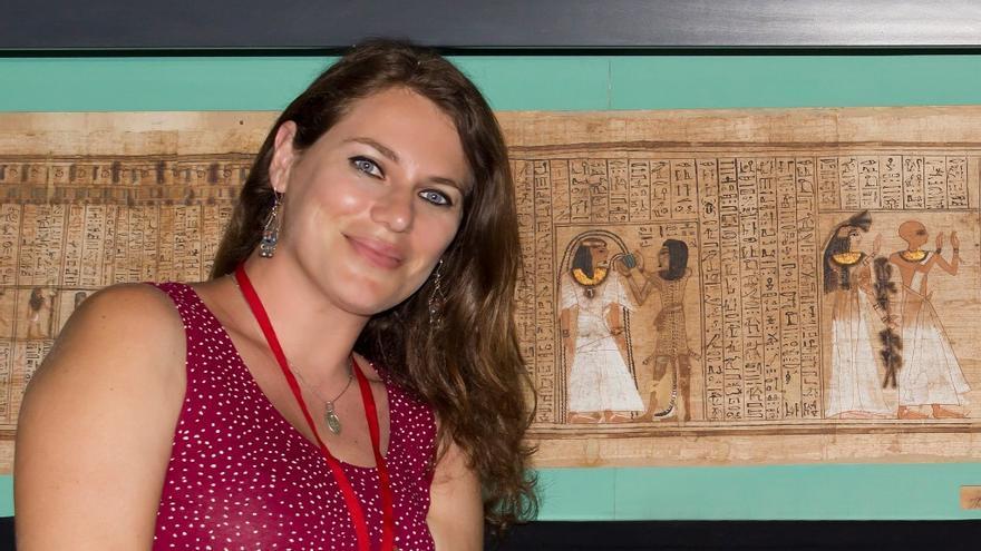 En la imagen, Mila Álvarez Sosa junto a un papiro del Libro de los Muertos, una de las piezas más relevantes de la colección que contiene láminas de oro. Foto: DAVID RODRÍGUEZ CAMACHO