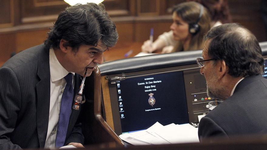 El presidente del Gobierno, Mariano Rajoy, conversa con su jefe de Gabinete, Jorge Moragas, en el Congreso / EFE