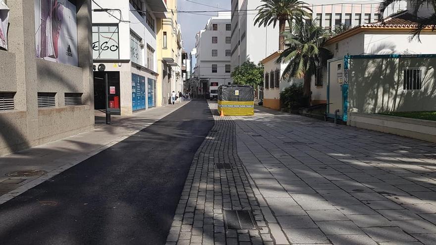 La calle Álvarez de Abreu con el nuevo pavimento.