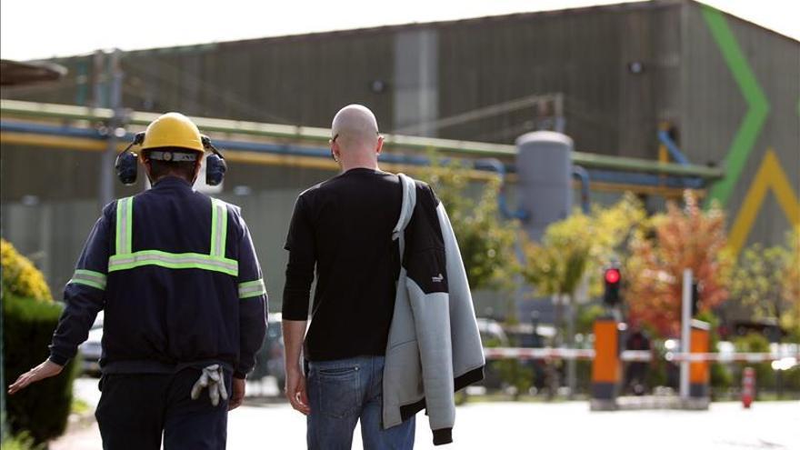 Dos empleados de Sidenor se dirigen a la fábrica.  