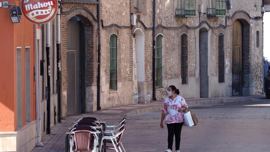 Vista de una mujer en una calle desierta de la localidad de Íscar. EFE/R.García