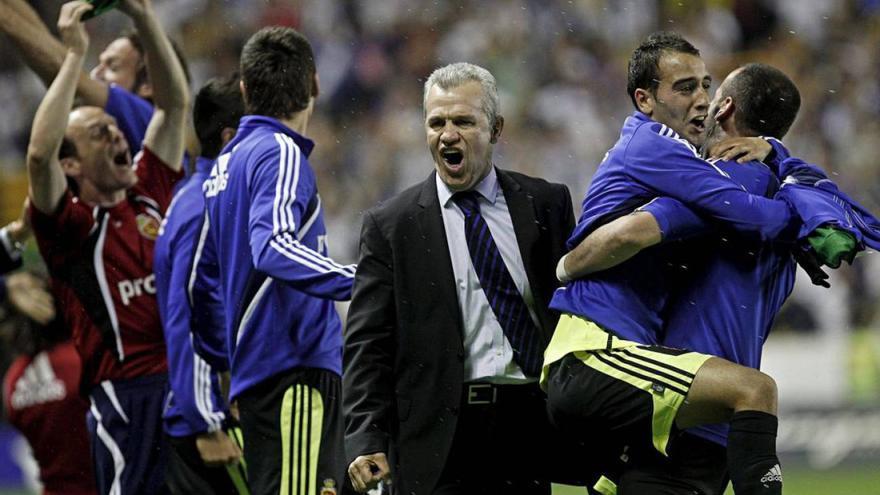 El exentrenador del Zaragoza, Javier Aguirre, celebra la permanencia contra el Levante UD en el último partido.