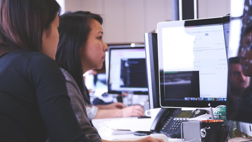 Trabajadores jóvenes de las empresas tecnológicas acuden a pedir ayuda a Joey (Imagen: StartupStockPhotos)