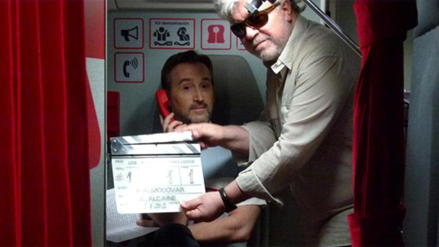 """Primeras imágenes: Javier Cámara, Hugo Silva o Carmen Machi ya son """"Los amantes pasajeros"""" de Almodóvar"""