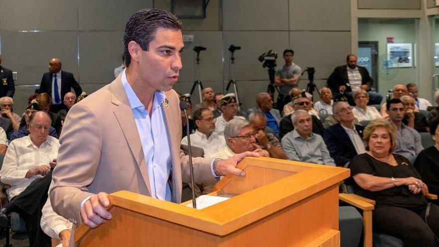 El alcalde de Miami declara persona non grata a una conocida cantante cubana