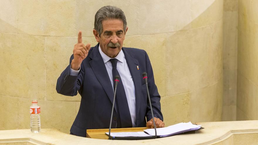Revilla, en la tribuna de oradores del Parlamento. | MIGUEL ÁNGEL LÓPEZ